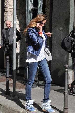 Aida Yespica sorpresa a passeggiare per le vie del centro di Milano (Olycom)