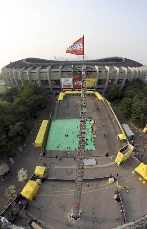 La torre di Lego più alta del mondo (31 metri) è stata costruita di fronte allo Stadio Jamsil di Seul (Reuters/Sang-hoon)