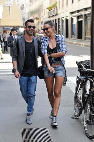 Nicole Minetti a spasso per il centro di Milano in maglietta scollata, shorts e sneakers borchiate (Olycom)