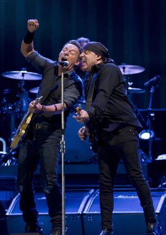 Il Boss con il chitarrista Steve Van Zant della E Street Band (Reuters/del Pozo)