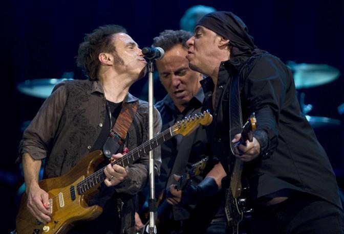 Al centro il Boss, tra i chitarristi Nils Lofgren (S) e Steve Van Zant (D) (Reuters/del Pozo)