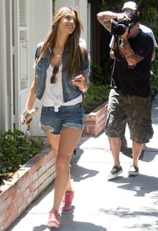 La bella Alessandra cammina divertita dalle attenzioni dei paparazzi (Olympia)