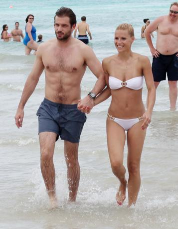 Michelle Hunziker e  il compagno Tomaso Trussardi sulla spiaggia di Miami. La coppia sta trascorrendo qualche  giorno di vacanza in Florida e concede sorrisi e saluti ai fotografi (Olycom)