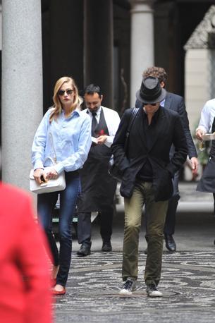 Eva Riccobono e il fidanzato Matteo Ceccarini sorpresi a pranzo in un ristorante nel centro di Milano (Olycom)