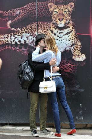 Un tenero bacio tra i due fidanzati (Olycom)