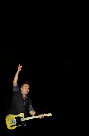 I fan italiani di Bruce Springsteen sono già in fibrillazione per le prossime esibizioni italiane  a Milano (7giugno), Firenze (10 giugno) e Trieste (11 giugno): da Lisbona, dove ha chiuso il Rock In Rio Festival, le ultime immagini del Boss in concerto  prima delle date italiane(Afp)