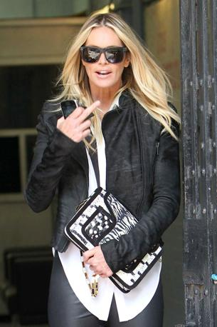 Londra 19 giugno: una stupenda Elle MacPherson scherza con i fotografi (Olycom)