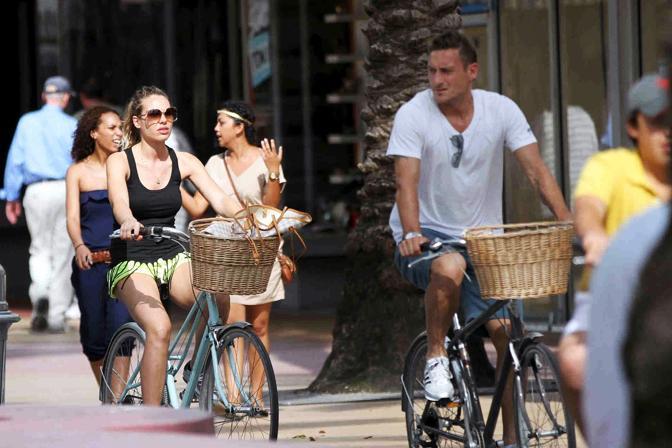Oltre a dedicarsi alla spiaggia e al mare, Francesco Totti e Ilary Blasi trascorrono le vacanze a Miami pedalando e facendo shopping in bicicletta (Olycom)