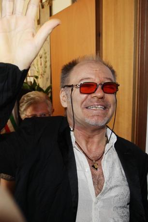 Vasco Rossi ha detto sì: il rocker, camicia bianca aperta e marsupio, si è sposato con la compagna di sempre Laura Schmidt nel municipio di Zocca. Laura aveva un abito nero (Ansa/Baracchi)