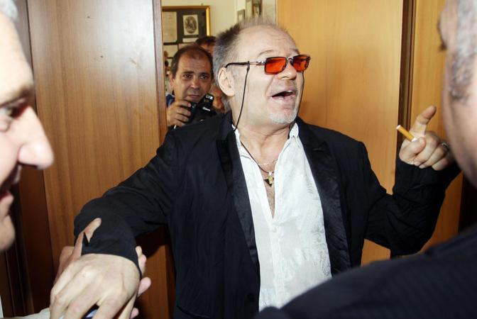Vasco Rossi all'uscita dalla sala Giunta del Municipio di Zocca (Ansa/Baracchi)