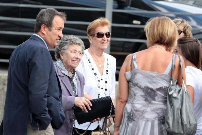 La mamma di Vasco Rossi, Novella (in viola), con alcuni parenti (Ansa/Baracchi)