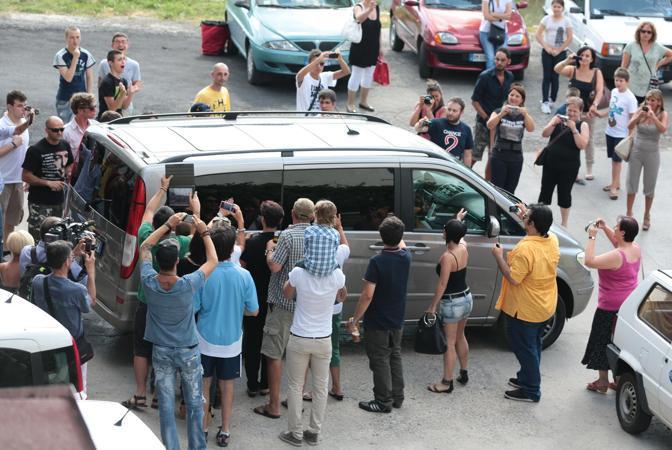 L'auto di Vasco Rossi all'uscita del garage del Municipio di Zocca (Ansa/Baracchi)
