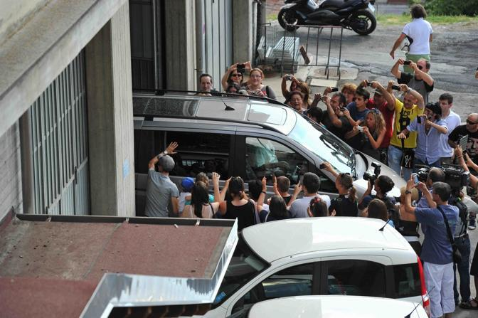 Vasco Rossi esce dal municipio dopo le nozze (Lapresse)
