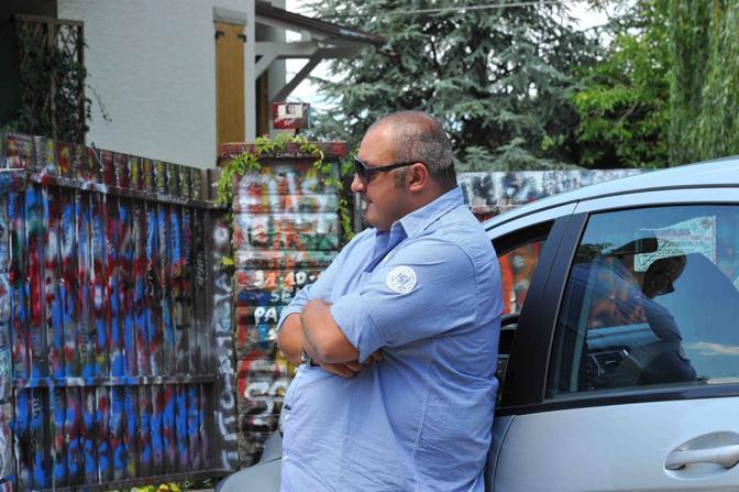 Un body guard davanti alla casa di Vasco Rossi (Lapresse)