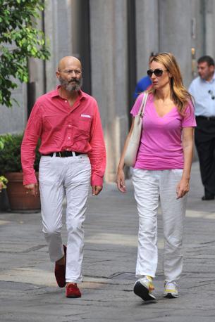 Il giornalista Oscar Giannino sorpreso nel centro di Milano a fare shopping in via della Spiga con la moglie Margherita Brindisi (Olycom)