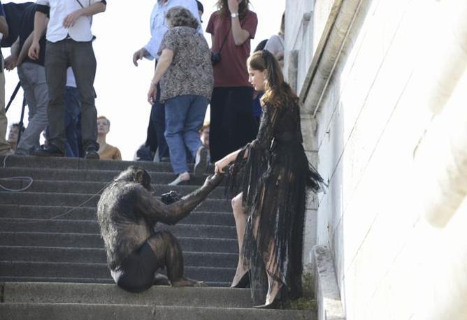 Parigi. Laetitia Casta durante servizio fotografico con scimpanz� (LaPresse)