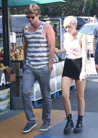 Los Angeles. Miley Cyrus passeggia a braccetto con Liam Hemsworth, e sfoggia un look sbarazzino e quasi punk (Olycom)
