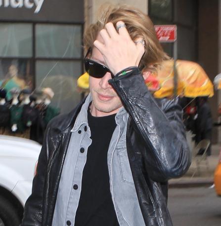 Macaulay Culkin, l'attore che da bambino divenne una star grazie al film «Mamma ho perso l'aereo, è stato avvistato in giro per New York con i jeans macchiati di vernice (Olycom)