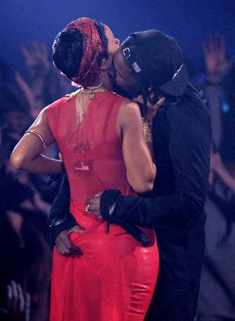 Rihanna, il duetto col rapper A$Ap Rocky a Los Angeles. Il cantante allunga la mano sul fondoschiena della cantante delle Bahamas (Ap)