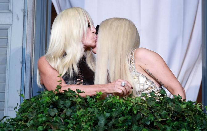 Lady Gaga nella casa di moda Versace, a Milano, scambia un bacio con la stilista (Ansa/Bazzi)