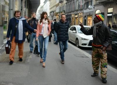 Carol diretta da Cartier con alcuni amici e il suo fidanzato, il giocatore di hockey Alexei Yashin, viene fermata da un ambulante di colore che le regala una tartarughina portafortuna in legno (Olycom)