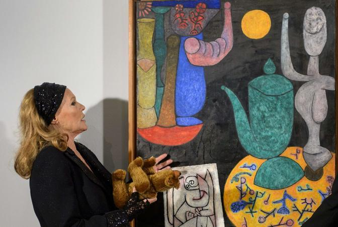La Andress davanti a un quadro di Paul Klee (Afp)
