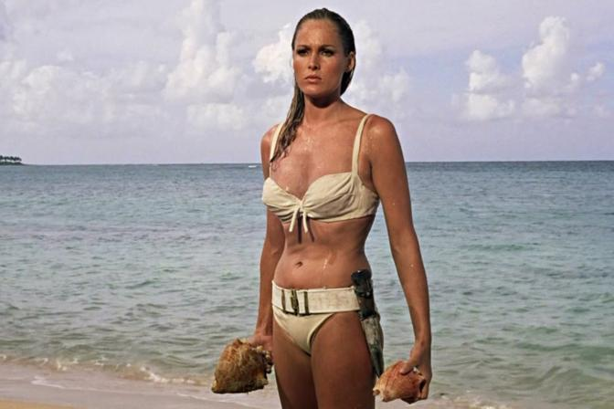 """Ursula Andress in una famosissima scena del film """"Agente 007 - Licenza di uccidere"""""""