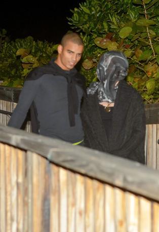 Miami Beach, Madonna si copre il volto con una sciarpa mentre � a passeggio con il fidanzato Brahim Zaibat (LaPresse)