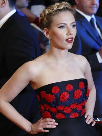 Sul polso destro la Johansson si è fatta disegnare un braccialetto. È una dedica a New York