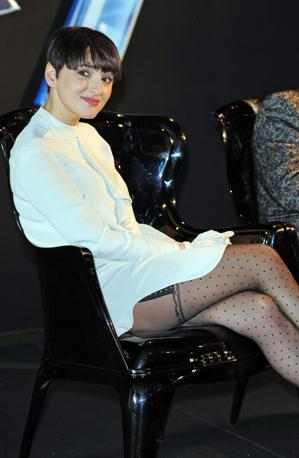 La giurata Arisa durante la conferenza stampa di presentazione della finale di X Factor con un abitino un po' corto che lascia intravedere le gambe (Milestone Media)