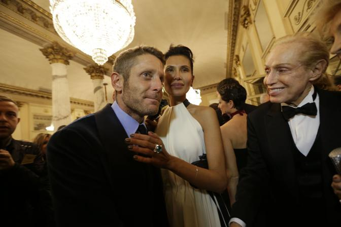 Teatro alla Scala di Milano Lapo Elkann e Goga Ashkenazi con il fashion designer Renato Balestra (Lapresse)