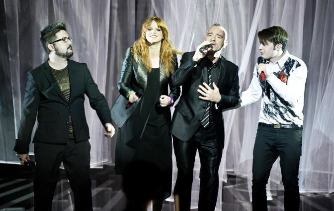 I tre finalisti di X Factor Ics Chiara e Davide (D) sul palco con Eros Ramazzotti nella serata finale