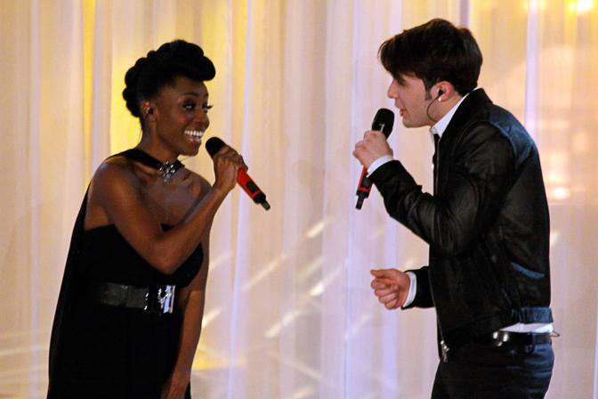 Skye a sinistra canta con Davide