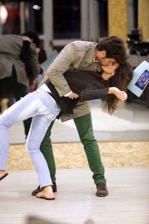 Davide con Rosa: ma in questo caso è una finta, prevista dalla prova della settimana. Ovvero,  ricreare i baci dei grandi film (Olycom)