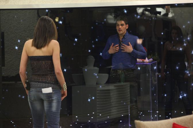 Margherita vede Nando, oltre il vetro