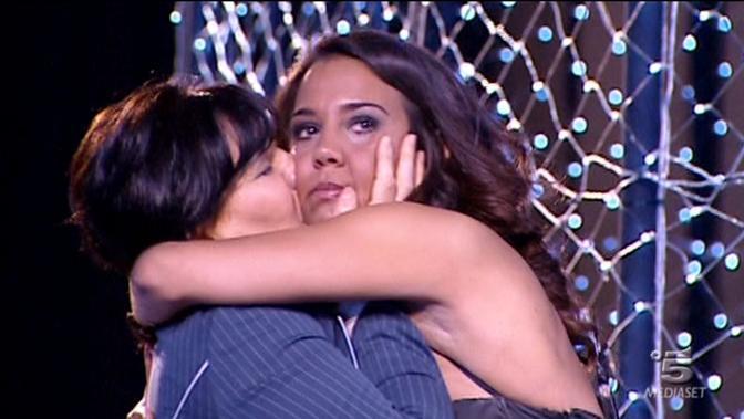 L'abbraccio tra Rosa e la mamma (Italy Photo Press)