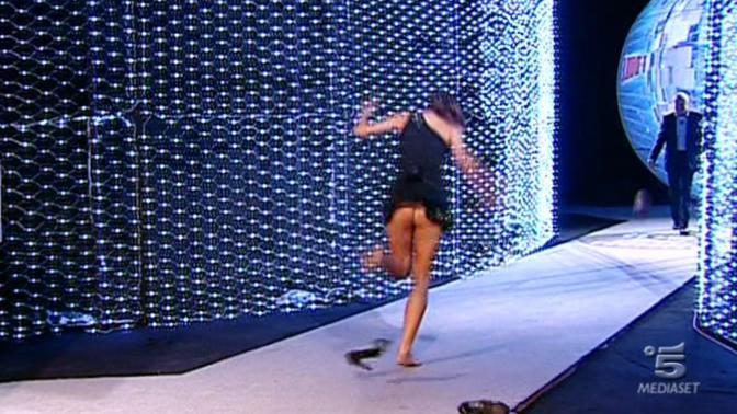 Margherita, terza classificata, mentre corre incontro al padre e ha un piccolo sexy incidente: la gonna gli si alza (Ipp)