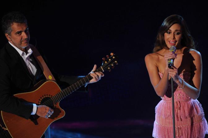 Belen canta accompagnata alla chitarra dal padre (Infophoto)
