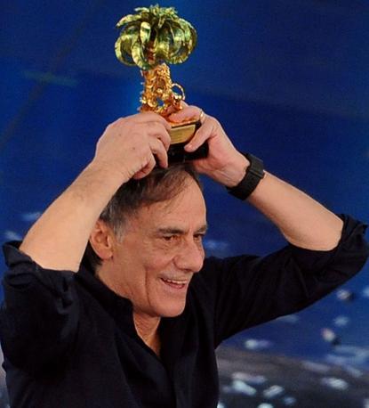 Con la sua «Chiamami ancora amore» Roberto Vecchioni vince la 61esima edizione del Festival di Saremo (Ansa)