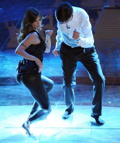 Per ballare via i tacchi, anzi via le scarpe . Nella foto Elisabetta Canalis e Gianni Morandi (Ansa)