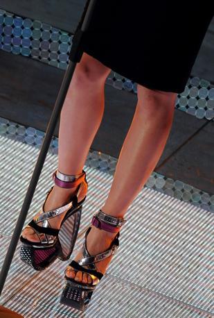 Le scarpe della cantante Anna Tatangelo (Ansa)