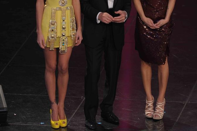 Ancora le scarpe gialle della Rodriguez, quelle di Morandi e i sandali color sabbia di Elisabetta  Canalis (LaPresse)