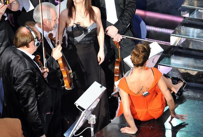 Elisabetta Canalis sfinita dai suoi tacchi a spillo (Ansa)