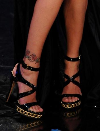 Gli altissimi sandali di Belen (Ansa)