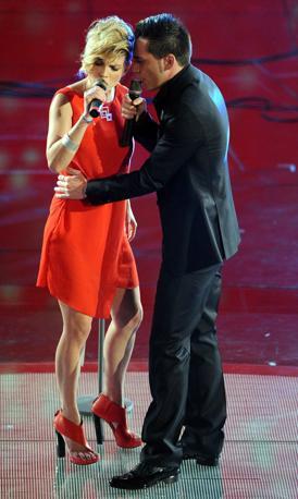 Emma con sandali rossi e altissimi (Infophoto)