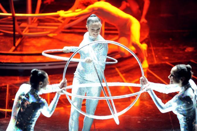 La prima esibizione della serata è quella delle ragazze della nazionale di ginnastica ritmica e dei ballerini di Daniel Ezralow che,  su una coreografia del danzatore statunitense, hanno messo in scena un ballo sincronizzato (Infophoto)