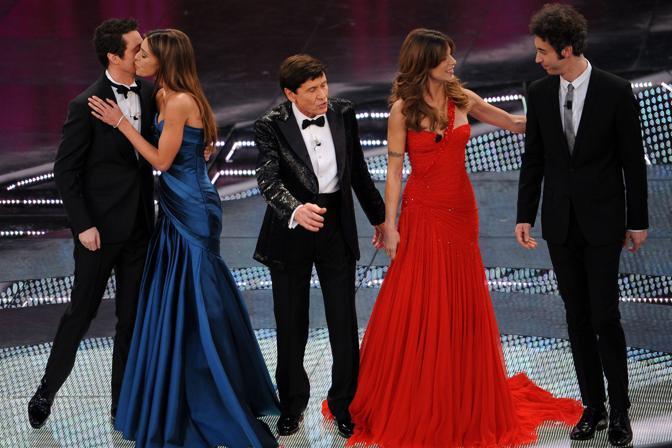 Da sinistra Luca Bizzarri, Belen Rodriguez, Gianni Morandi, Elisabetta Canalis e Paolo Kessisoglu sul palco del teatro Ariston(Ansa)