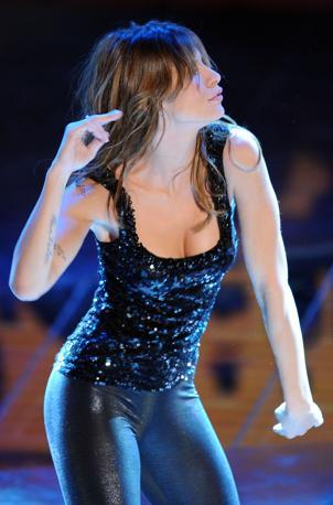 Elisabetta Canalis balla sul palco del teatro Ariston (Ansa)
