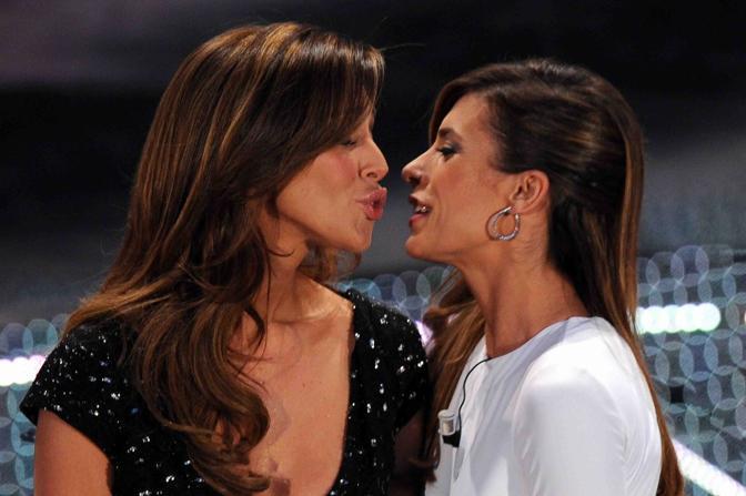 Il primo piano del bacio-choc tra le vallette (LaPresse)