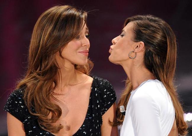 Il bacio Belen-Canalis che apre la seconda serata del Festival (Ansa)